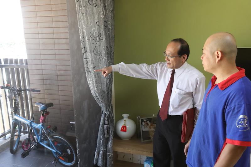 ▲財位旁邊是透明落地窗,為了「財不露白」,必須在玻璃窗上做霧化處理。
