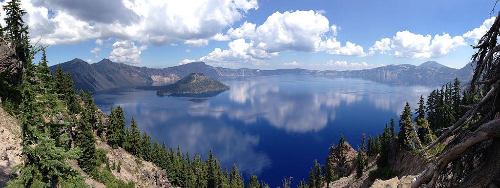 火山口湖 (Photo by Epmatsw, License: CC BY-SA 3.0, Wikimedia Commons提供)