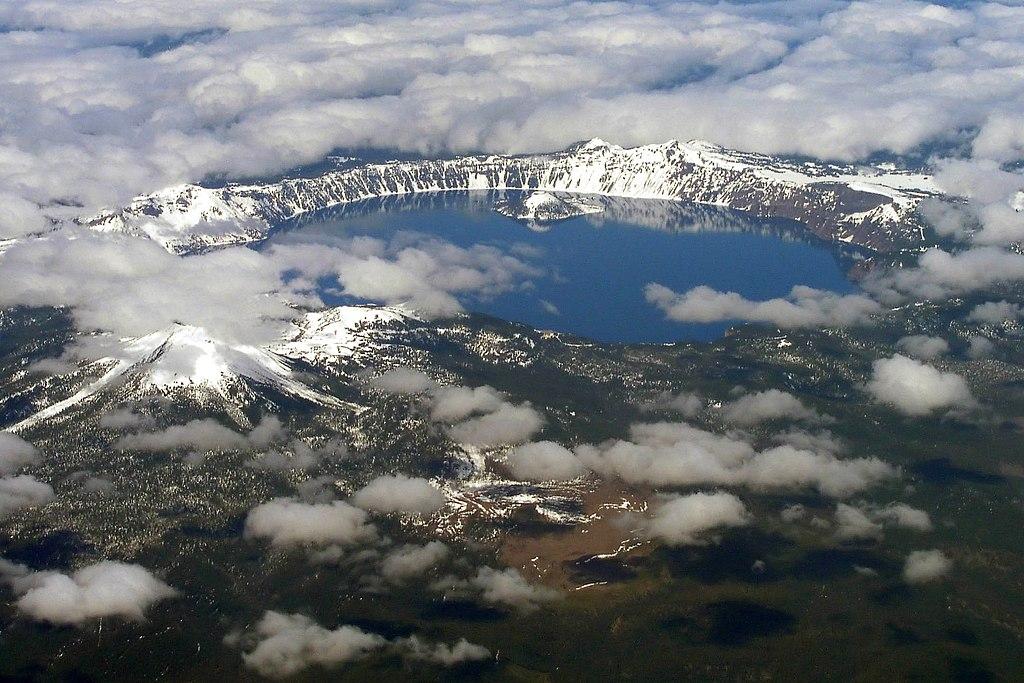 火山口湖 (Photo by Semionk, License: CC BY-SA 3.0, Wikimedia Commons提供)