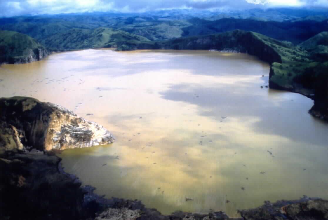 尼奧斯湖 (Photo by Frédéric Mahé, Wikimedia Commons提供)