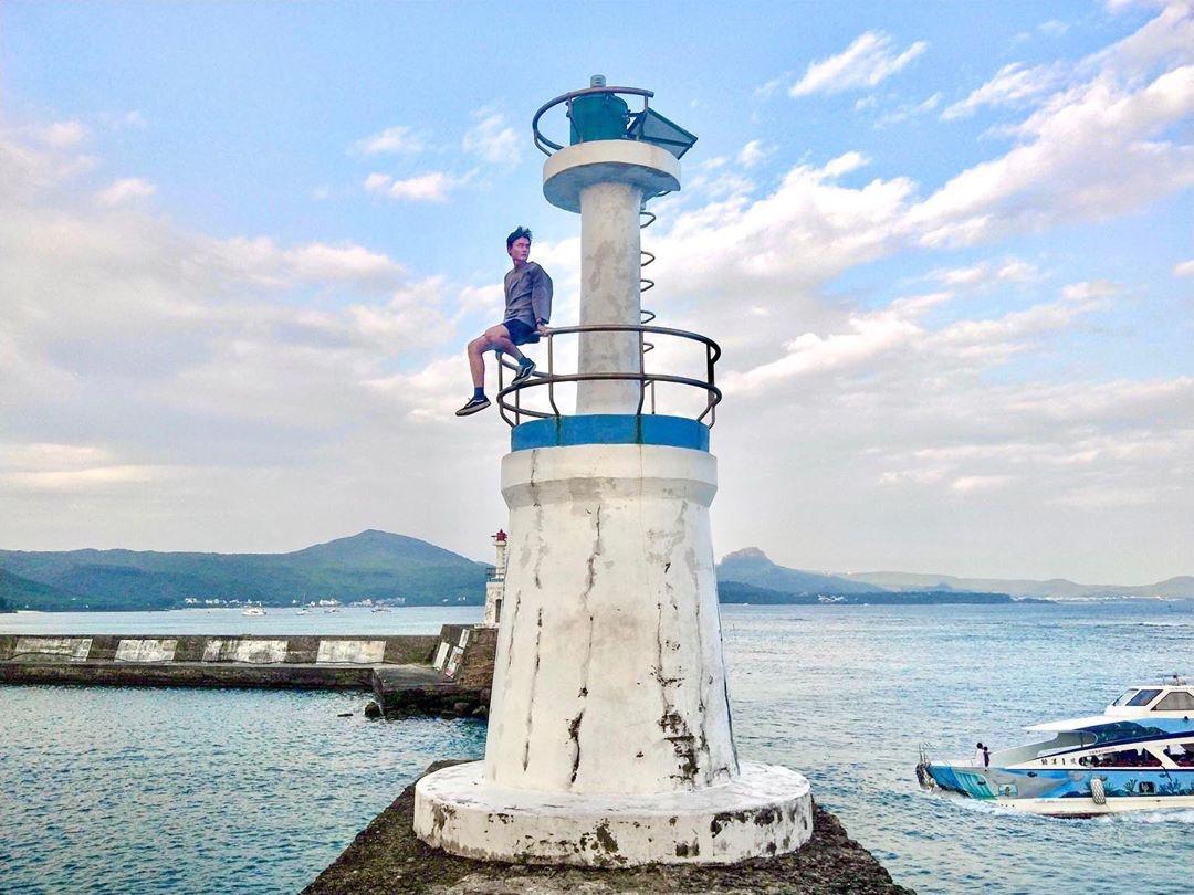 藍白相間的燈塔,是熱拍景點。
