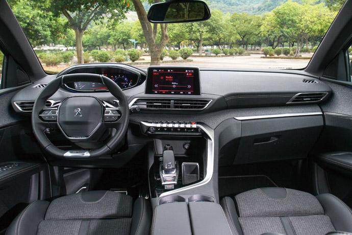 創新設計在車室鋪裝上,可以明顯從座艙上發現,其強調操控性的內裝設計,不管是整體操控介面的運動化風格,或是在座椅的包覆性設計,都讓3008不僅擁有舒適的車室,也擁有相當運動跑格的設計。版權所有/汽車視界