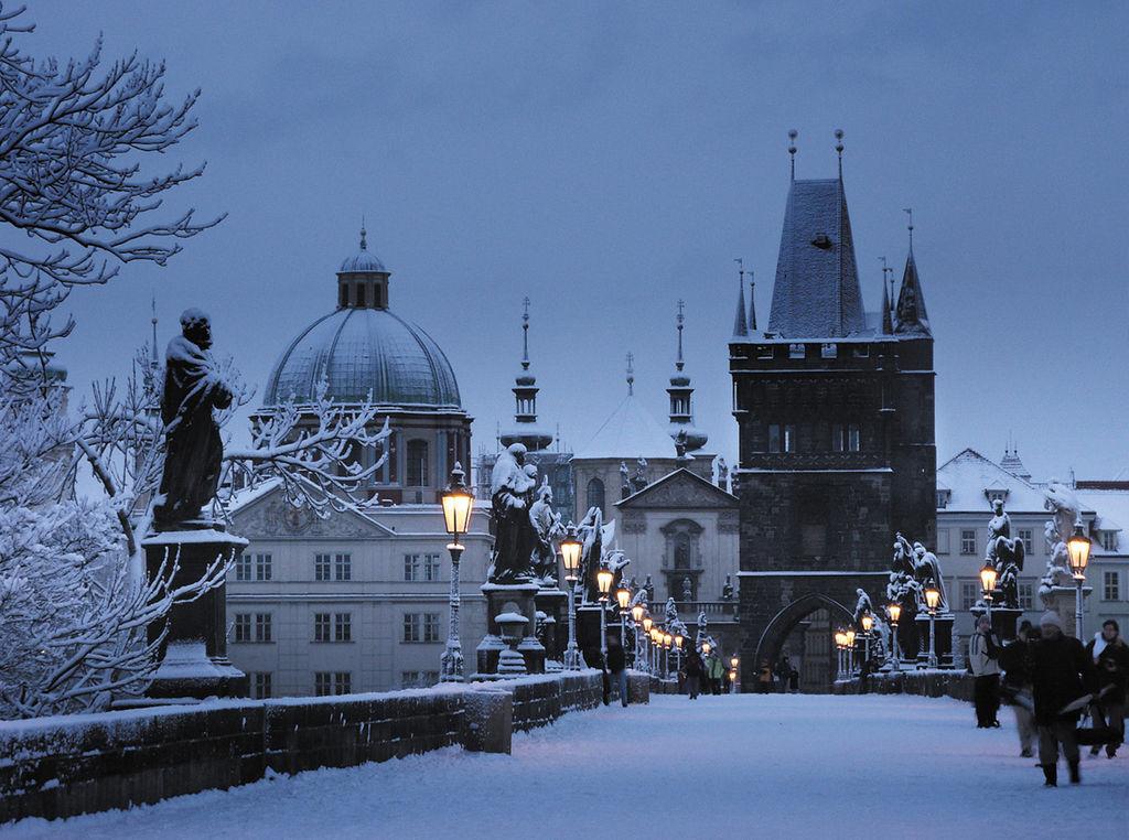 布拉格查理大橋 (Photo by Estec Co.Ltd, Prague Hotel Operator, License: CC BY-SA 3.0, Wikimedia Commons提供)