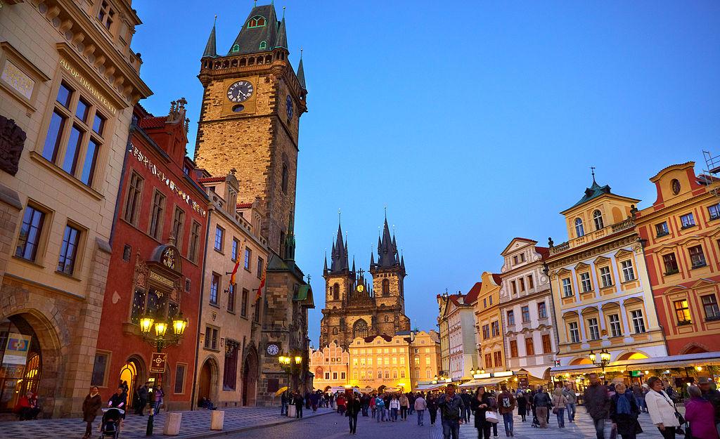 布拉格舊城廣場 (Photo by Moyan Brenn from Italy, License: CC BY 2.0, 圖片來源commons.wikimedia.org/wiki/File:Prague_(6365084641).jpg)