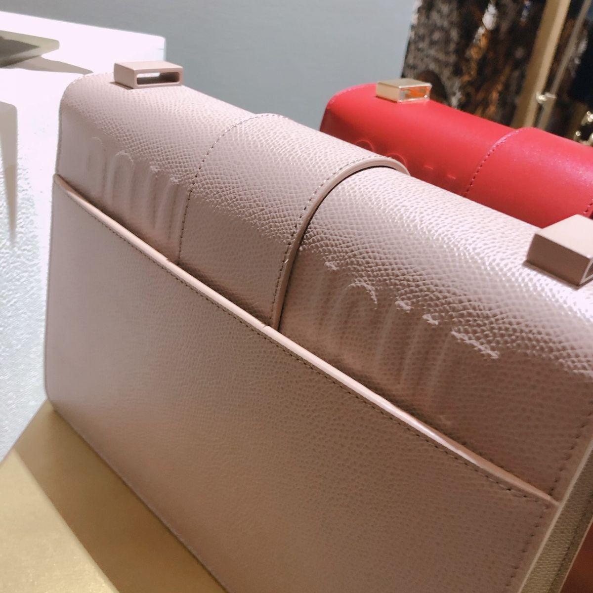 包款的背面也有收納夾層及30 Montaigne立體壓印裝飾