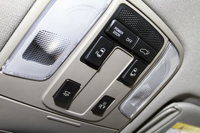 中控台上方的車門、燈光控制按鈕。版權所有/汽車視界