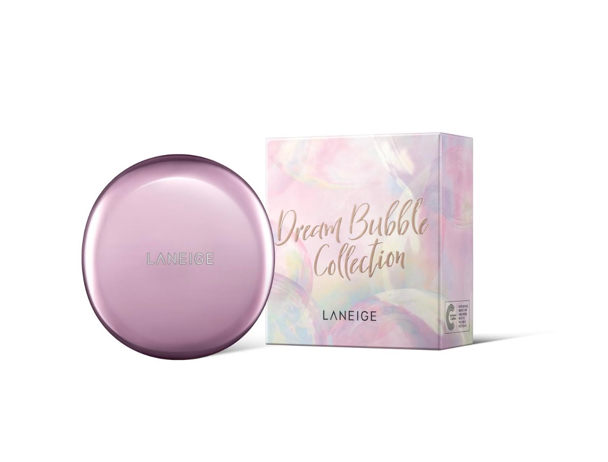 「玫瑰光雙效氣墊粉霜」再次推出全新幻彩泡泡聖誕版,夢幻誘人的柔粉外裝,讓女孩補妝時刻也柔美動人。