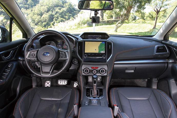 維持設定於車室的部分維持了原來頂規車型的鋪陳設計,但是在方向盤、中控台、排檔桿、座椅、中央扶手、門板扶手等處依然保有橘色縫線,讓整體空間的配色更加多元。版權所有/汽車視界