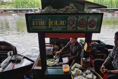 圖12 萬隆水上市集,體驗結合味覺與視覺的印尼式傳統小吃。