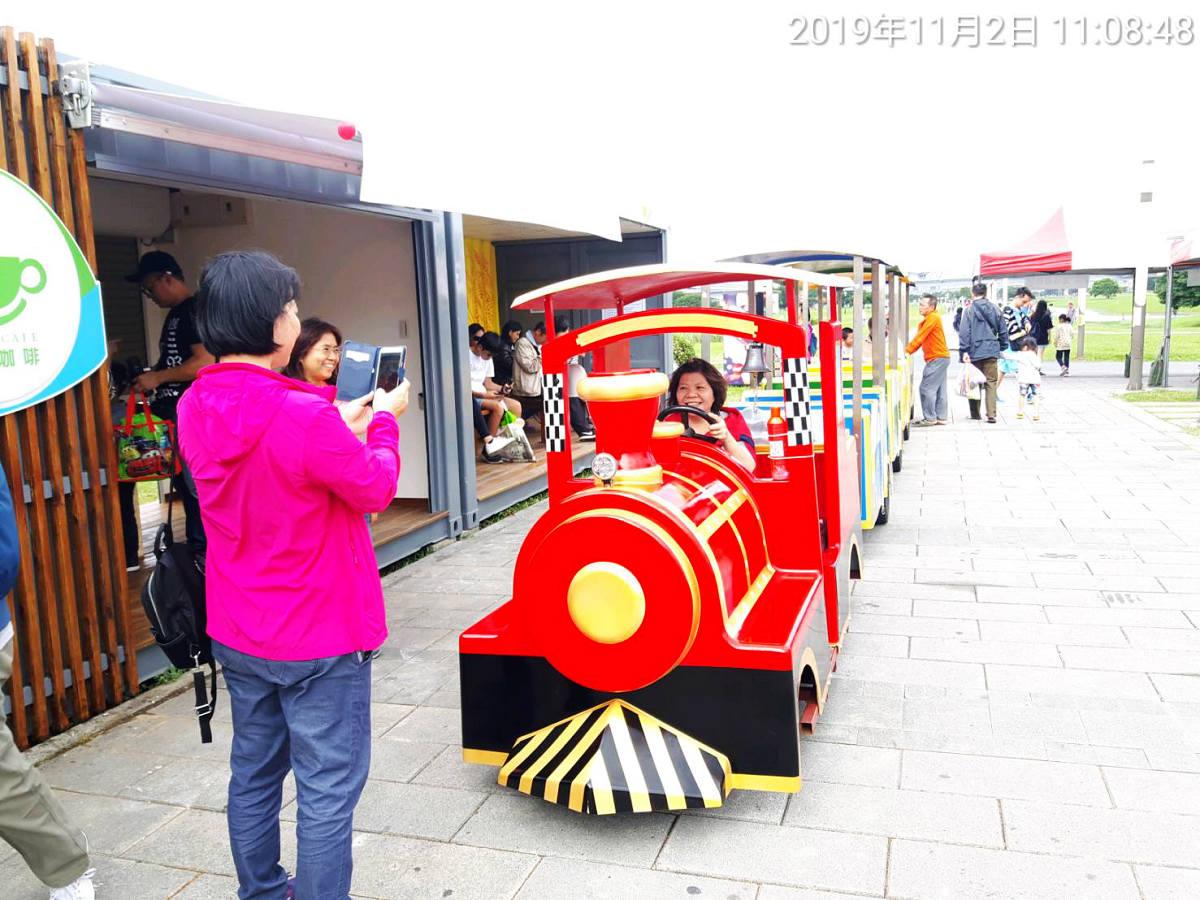 小火車在等候出班空檔還可供民眾拍網美照留念(圖片來源:新北市政府高灘地工程管理處)