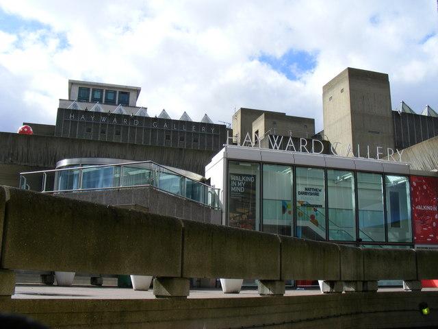 海沃德美術館 (Photo by PAUL FARMER / Entrance to the Haywood Gallery / CC BY-SA 2.0, 圖片來源www.geograph.org.uk/photo/1397617)