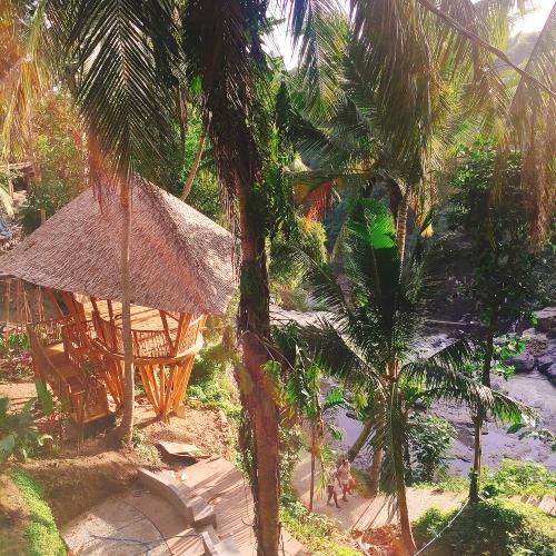 圖2 烏布區原始叢林裡的Dtukad River Club Bali俱樂部傍著峇里島知名瀑布而建。