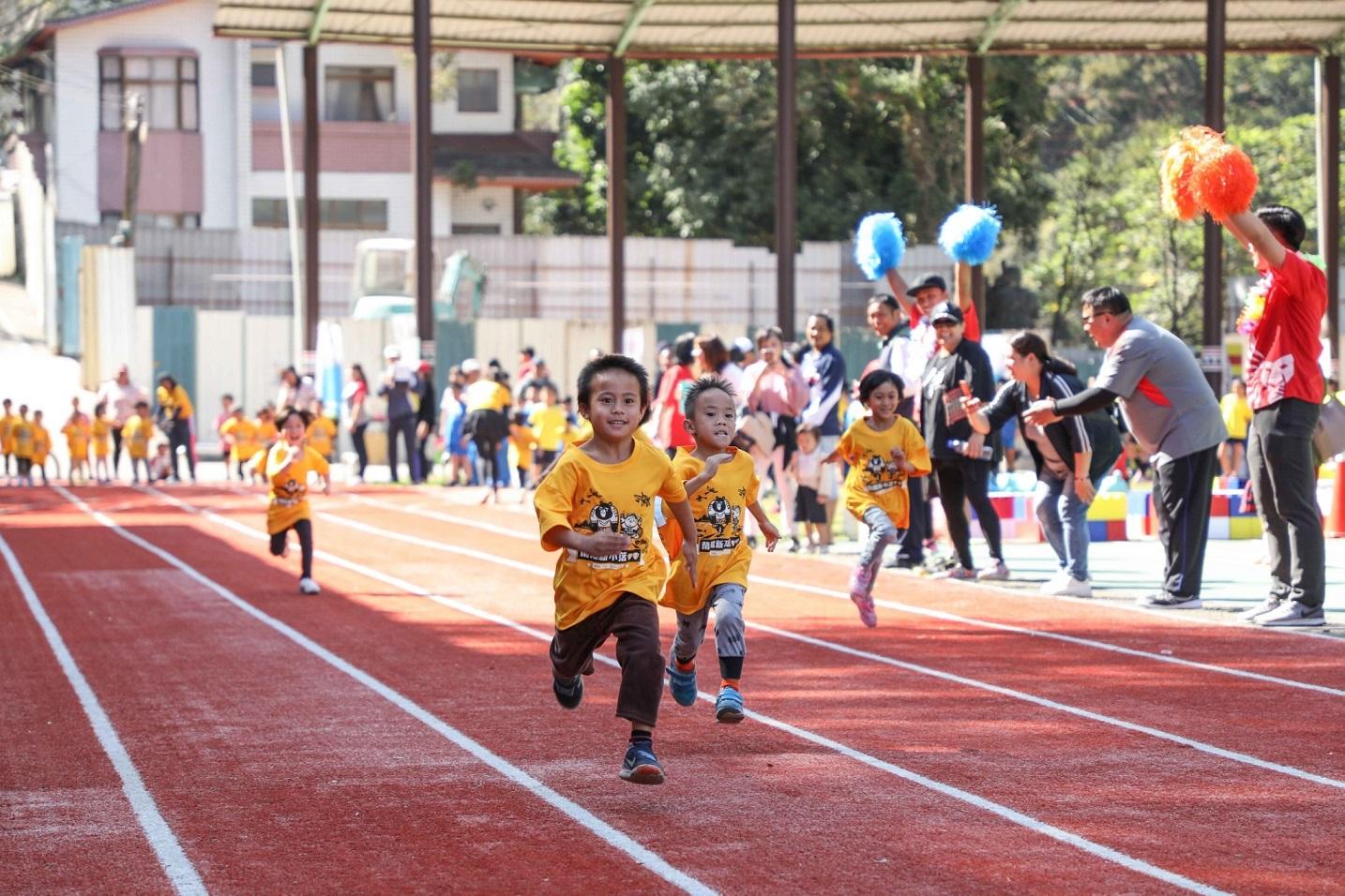 中華三華偏鄉小學運讓百人以下的迷你小學也能舉辦運動會,小朋友同場較勁。