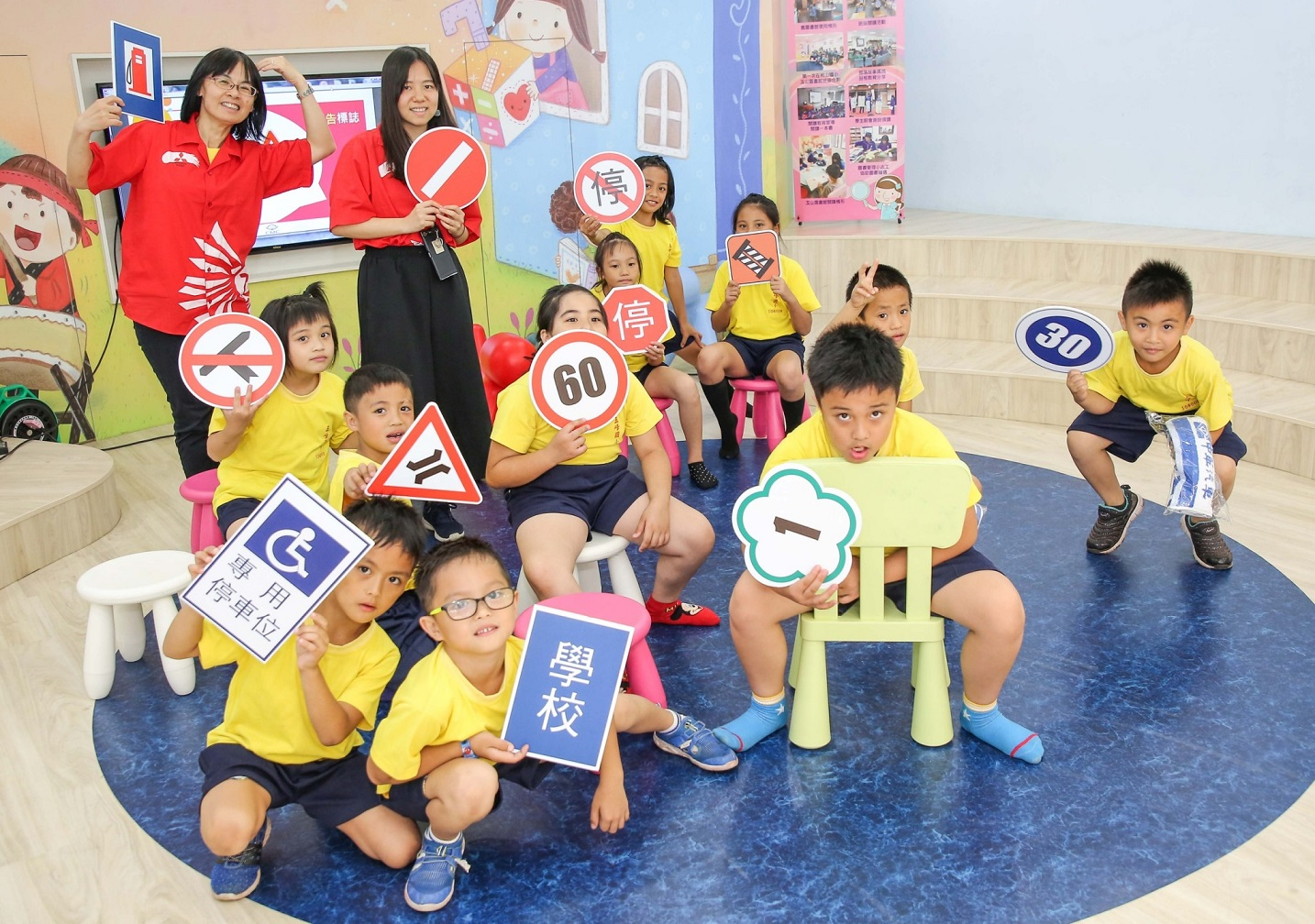 中華三菱交通安全體營向下扎根 ,全台巡迴教導小朋友正確的交通安全觀念。