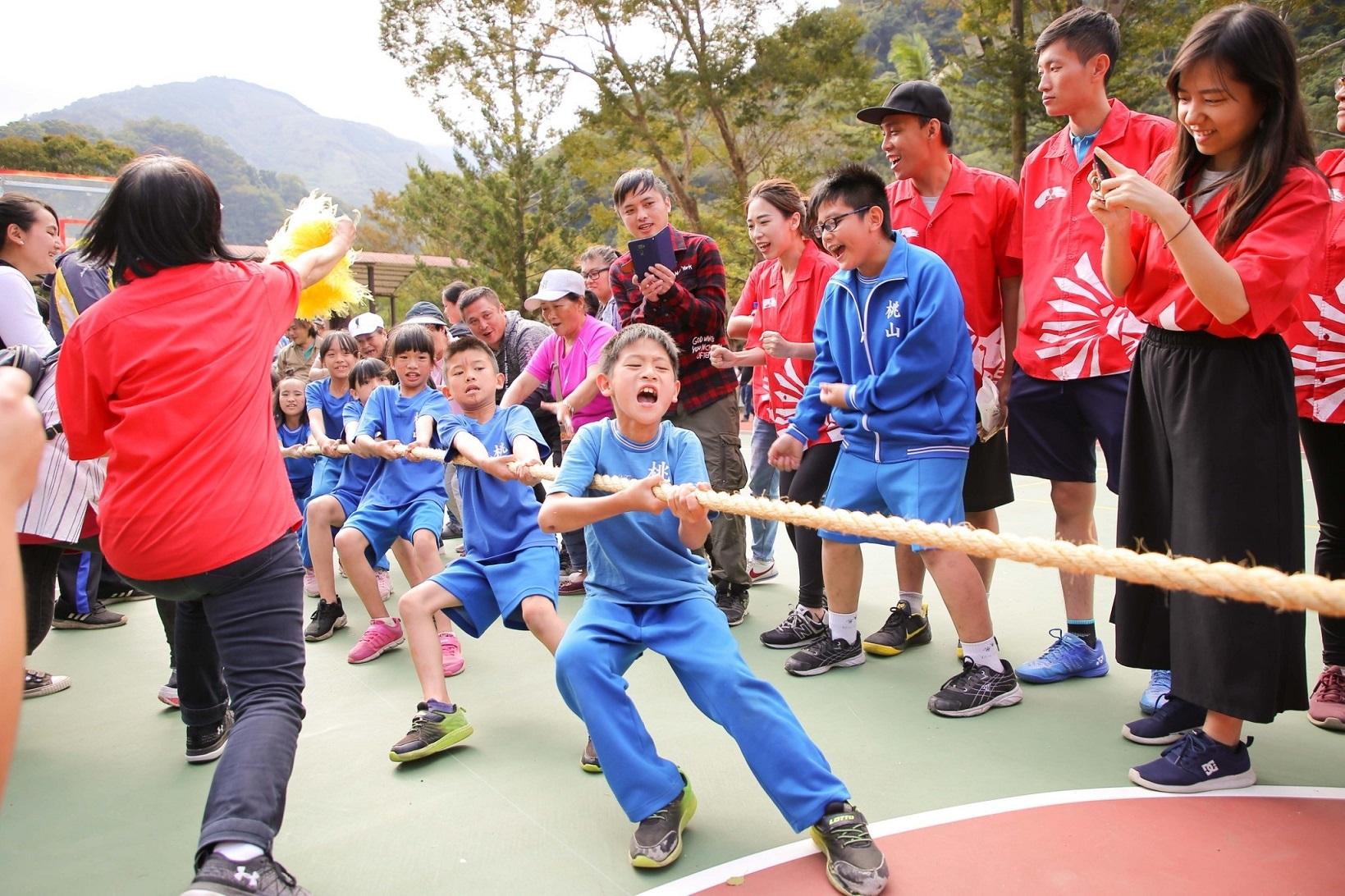 2019中華三菱偏鄉小學運,小朋友展現團隊合作精神力拔山河。