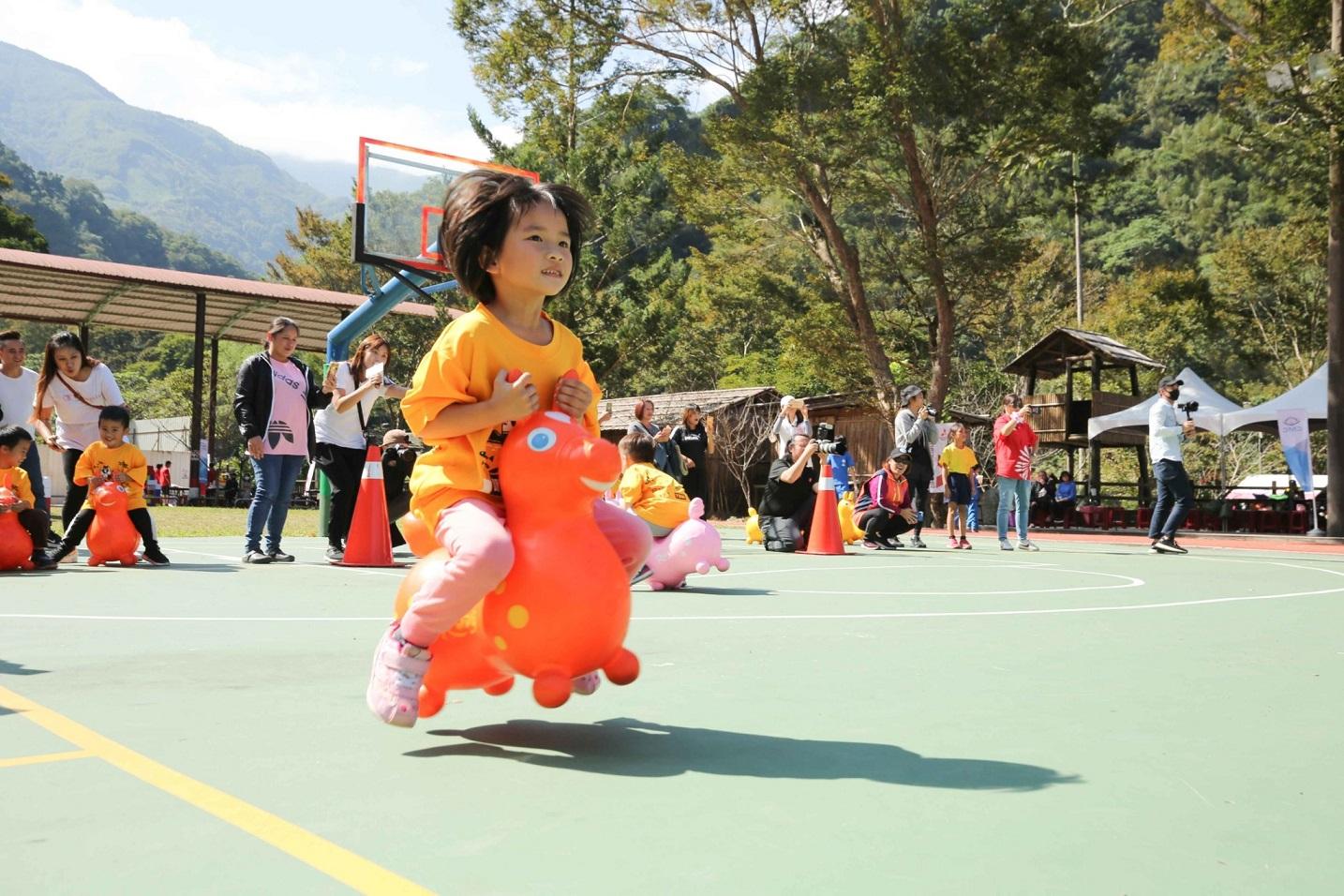 偏鄉小學運將資源送進部落,趣味闖關活動孩子們玩得開心。