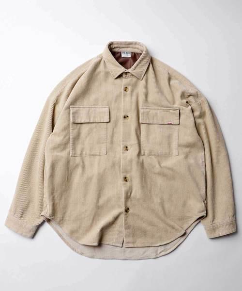 最大的特色即是它領子的部分採襯衫領設計,並於胸前置上兩個顯著的大口袋