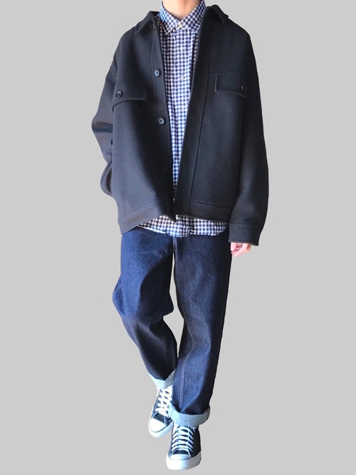 上身內搭除了帽 TEE 外,Basic 的素 TEE、條紋 TEE、襯衫或針織衫皆是不錯的選擇