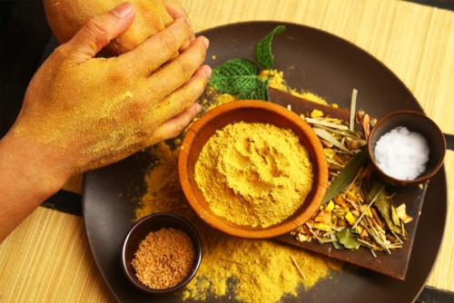 圖6 使用傳統草藥、辛香料,特製混合出的Lulur粉糊。