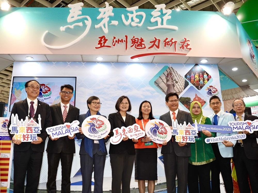 總統蔡英文率領各部會首長親臨台北國際旅展-馬來西亞展館開幕,與馬來西亞友誼及貿易中心代表何瑞萍,一同迎接2020馬來西亞旅遊年的到來。