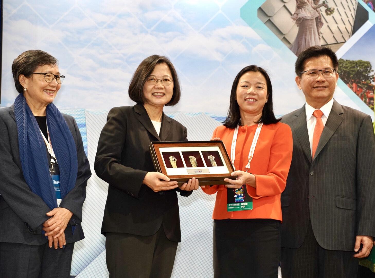 馬來西亞友誼及貿易中心代表何瑞萍,致贈蔡英文總統錫製民族服飾造型紀念品,象徵馬來西亞豐富多元的文化特色。