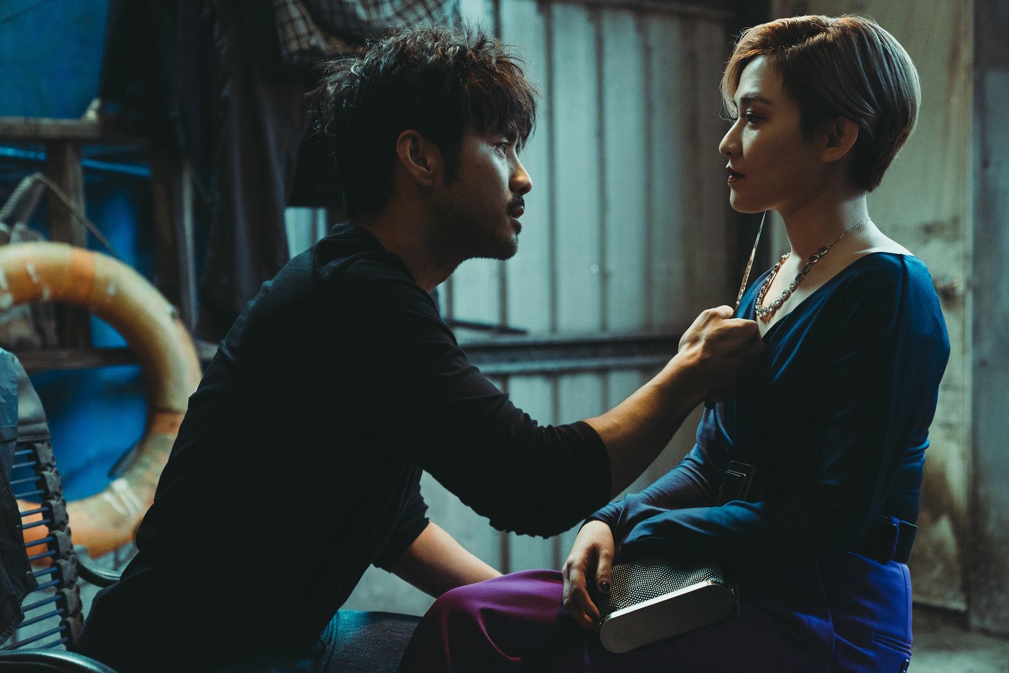 章立衡及范曉萱在《罪夢者》中拿刀互相威脅,狠勁十足、狂飆演技,讓人感受劍拔弩張的緊張氣氛