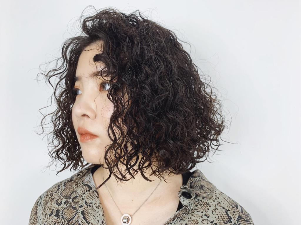 視覺感強烈的復古嬉皮捲也很適合短髮女孩,自然捲的朋友超推薦,讓你成為時尚的焦點。