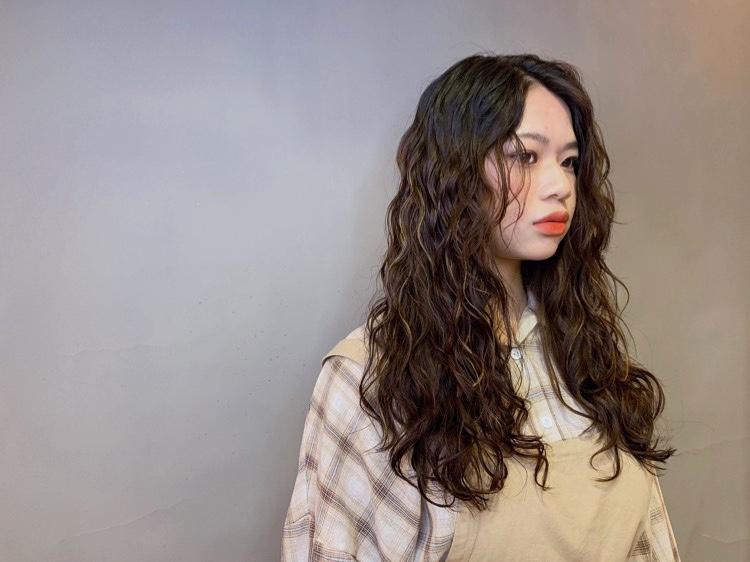 深髮色中挑染一些細細髮束,讓整體更有外國氣息,一出場渾身散發混血時尚。