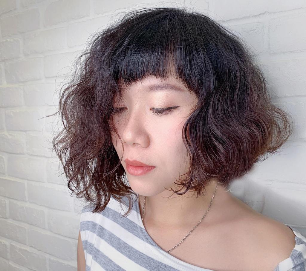 不對稱卷度讓狗毛卷多了更多層次與變化,增加頭髮份量感之外,更能修飾臉型,立馬化身小臉個性女孩!