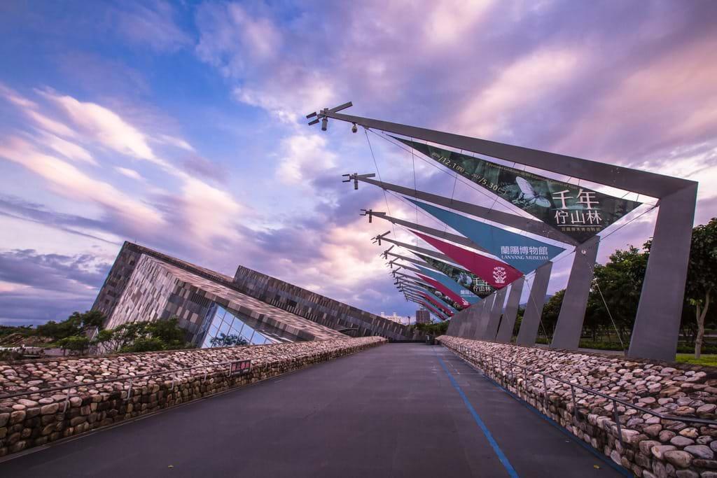 蘭陽博物館主建築融入北關海域常見的單面山造型,與大地共生。圖/宜蘭旅遊網