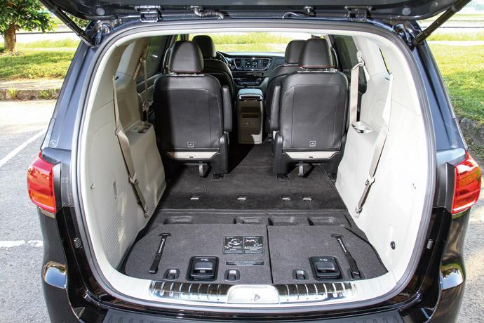 後排座椅可完全收入底板,達到2718公升收納空間。版權所有/汽車視界