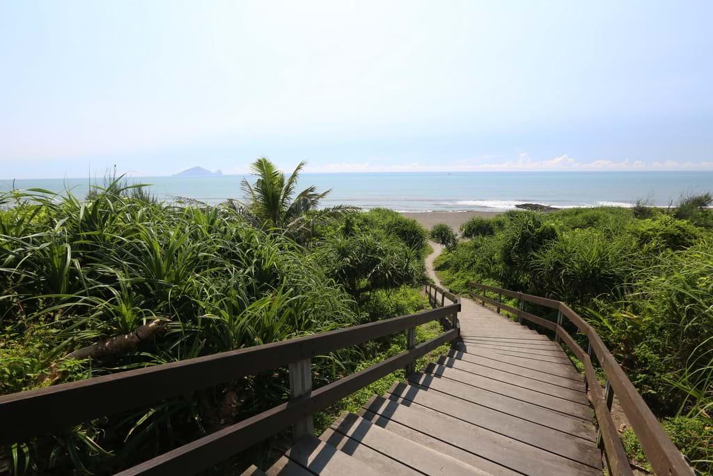 永鎮濱海遊憩區擁有細膩的沙灘與豐富的海岸型植物。圖/宜蘭旅遊網