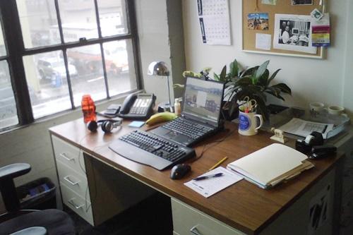 ▲辦公桌擺放盆栽要注意位置,避免錢財流失。圖片來源:Flickr@ Steve Burt https://reurl.cc/lLn6Yl