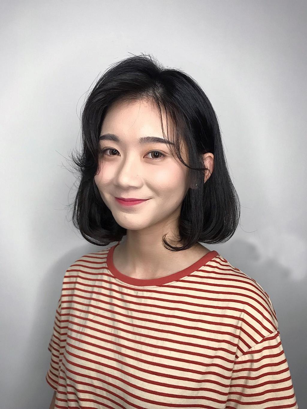 黑髮就是最百搭的代表色!讓韓系外翹短髮搭上八字瀏海,能同時擁有甜美和個性。