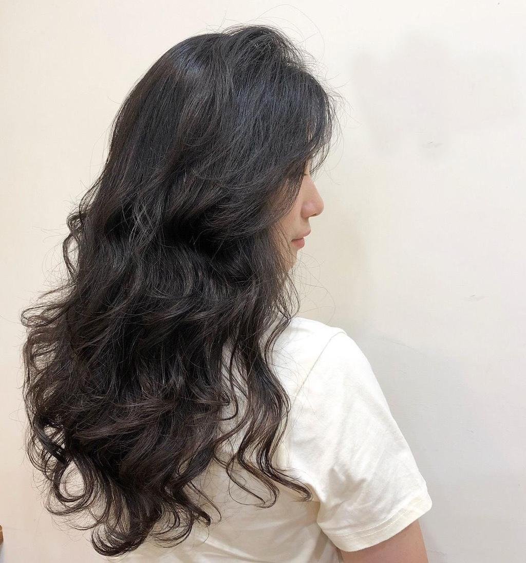 浪漫大波浪讓黑茶髮色更顯輕盈蓬鬆感!隨手一撩,散發的不只是髮香,啊~是仙女的氣息!
