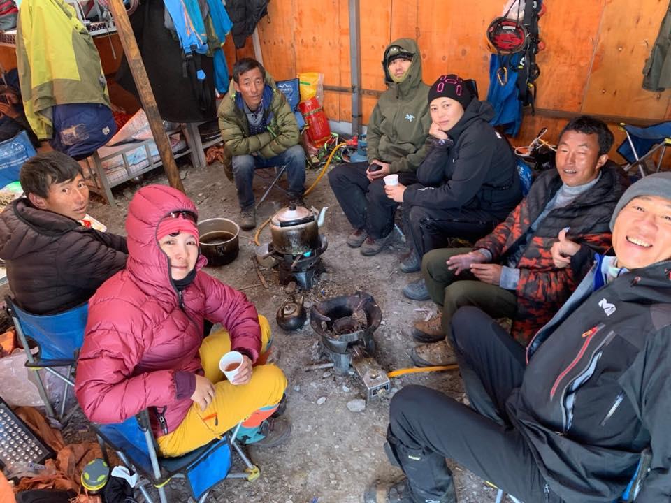 ▲攻頂前一夜,大夥聚在棚帳內喝茶取暖。