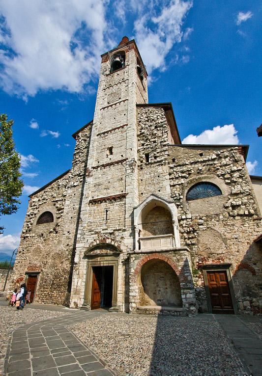 聖安德烈亞教堂 (Photo by Francesco Cataldo, License: CC BY-SA 2.0, 圖片來源commons.wikimedia.org/wiki/File:La_Pieve_di_Sant%27Andrea_(Iseo).jpg)