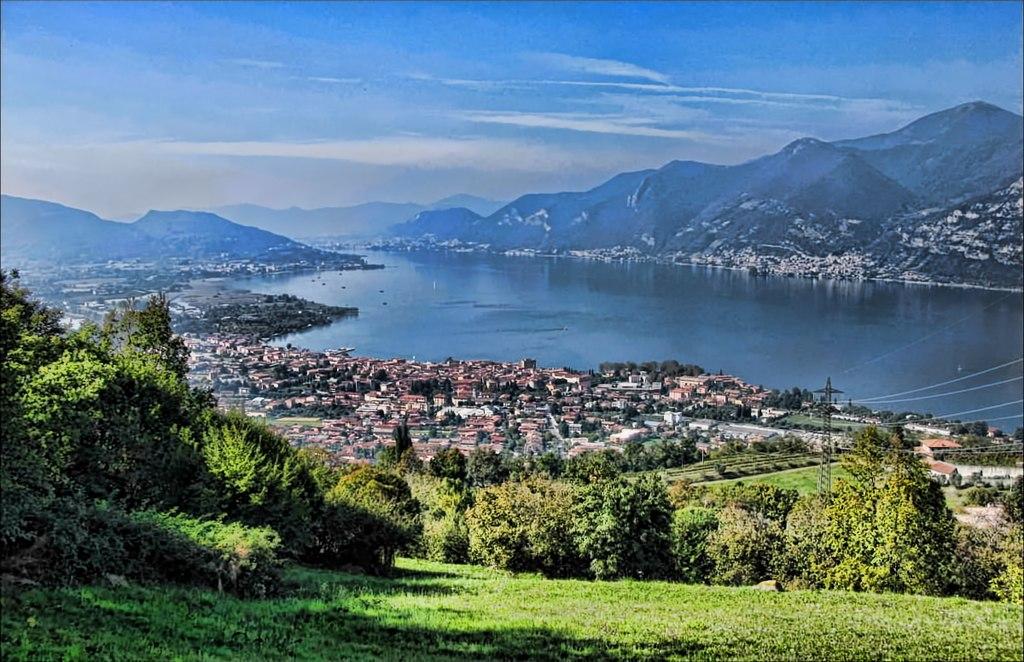 伊塞奧湖 (Photo by Helle Krog, License: CC BY 3.0, 圖片來源commons.wikimedia.org/wiki/File:View,_Lago_d%27Iseo_-_panoramio.jpg)