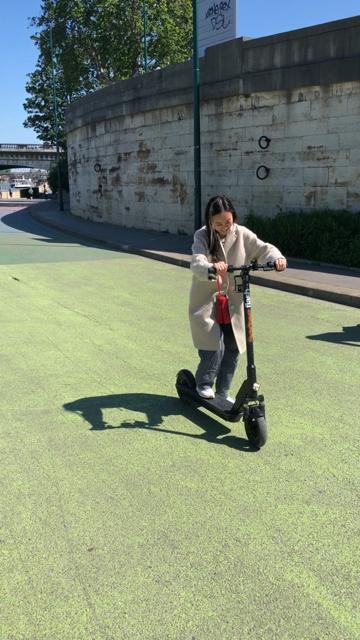 ▲容嘉到巴黎不忘體驗現在很流行的電動滑步車。