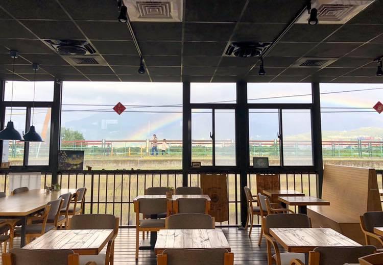 LILI KOKO Coffee架高鐵皮屋搭配整片玻璃落地窗,猶如遠離塵囂的孤島。圖/LILI KOKO Coffee臉書粉絲專頁