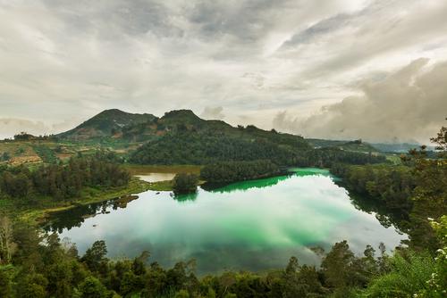 帶著那份對遺落於凡世的佛教國度婆羅浮屠油然而生的敬畏感,前往距離日惹市約120公里、被形容為世外桃源的迪恩高原。這裡海拔高兩千多公尺,寒涼氣溫讓人忘了仍身在熱帶印尼。登高遠眺,除了盡賞受雲霧繚繞的大遍綠油油梯田景色,高原上還一座變色湖,富含硫磺的湖水經過陽光照射,平靜湖面折射出藍綠色澤,周圍蔥綠山林襯著湖水,令人心曠神怡。