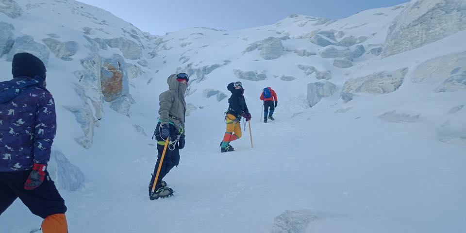 ▲登山途中白雪靄靄,謝麗金越爬越絕望。