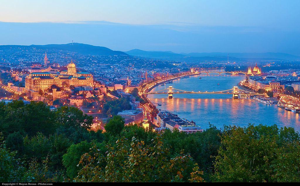 布達佩斯 (Photo by Moyan Brenn from Italy, License: CC BY 2.0, 圖片來源commons.wikimedia.org/wiki/File:View_from_Gell%C3%A9rt_Hill_by_night._Budapest_(8082258732).jpg)