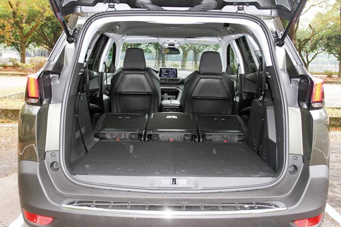 七人空間在後座的表現相當亮眼,在後五人座全部傾倒下,深度表現可以達到接近190cm,而在開口離地高也僅70cm,對於搬運貨品而言相當輕便,其中在七人座椅全部擺正下,也能夠擁有30cm的空間表現,完全展現出七人座的空間機能。版權所有/汽車視界