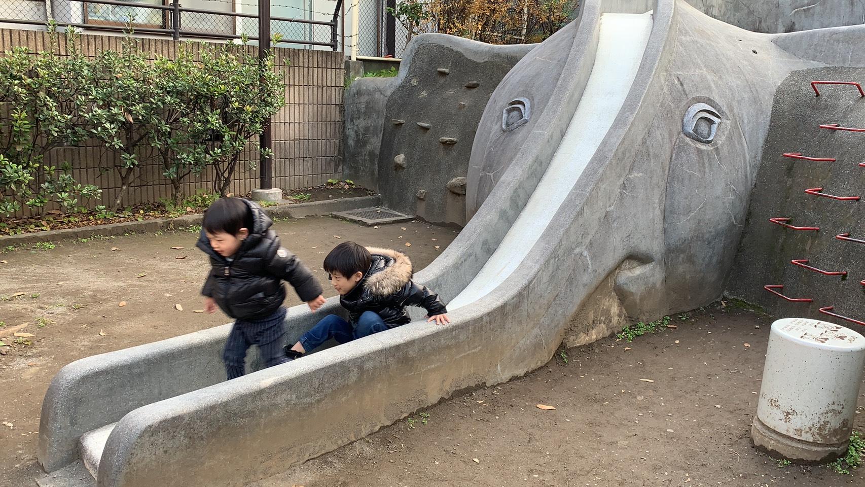 雖然只有溜滑梯,卻足夠孩子們玩上許久。