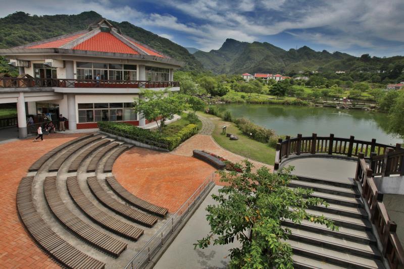 雪霸國家公園-汶水遊客中心坐擁一大片翠綠草坪,營造舒適愜意的戶外開放式空間。圖/苗栗文化觀光旅遊網