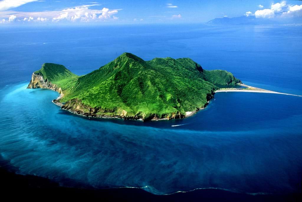 龜山島能夠覽盡海底溫泉、湖泊、海蝕洞與崖生植物等獨特地貌風光。圖/宜蘭旅遊網