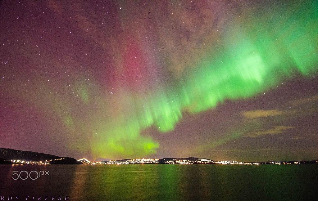 卑爾根 (Photo by Roy Eikevåg, License: CC BY 3.0, 圖片來源web.500px.com/photo/248033257/Aurora-in-Bergen-by-Roy-Eikevåg)