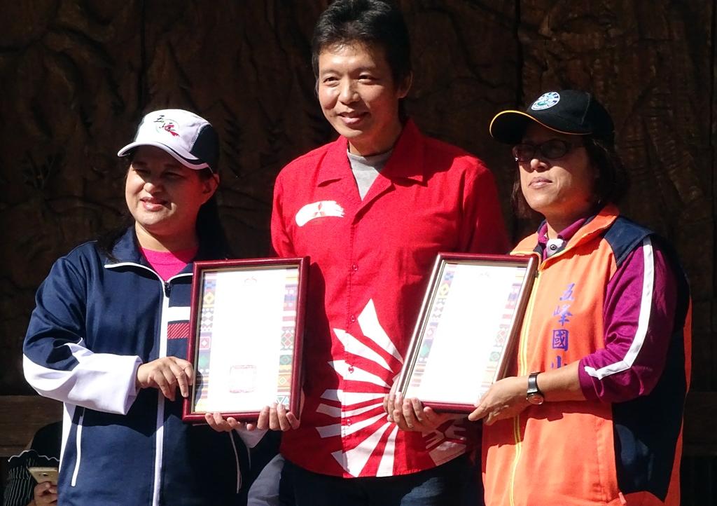 圖說由左至右:桃山國小校長、中華汽車鄭正大經理、五峰國小校長。