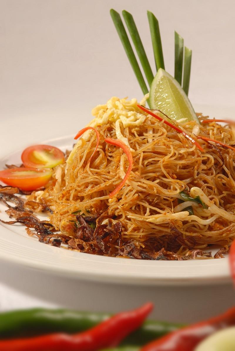 將南洋香料加入炒米粉裡,酸、甜、辣味兼具的米暹,完整詮釋娘惹精神(圖/馬來西亞觀光局)